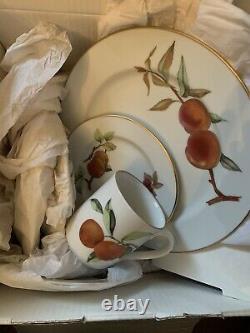 NIB SET of 12 Royal Worcester Evesham Gold 4 Dinner Plates 4 Bread Butter 4 Mugs